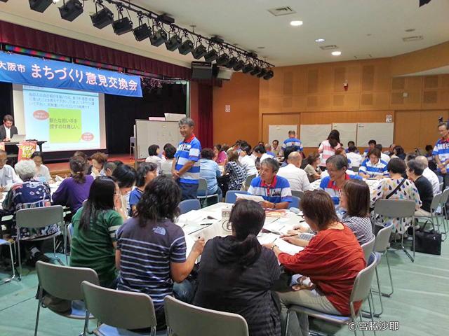 参加者は約60名。各テーブルに約9名×6テーブル