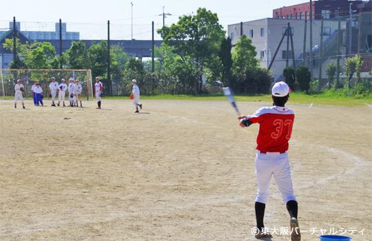 徳中選手が外野ノック 06BULLS 若江中学野球部訪問