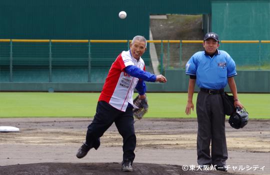 英田南自治連合会の平川会長による始球式。 球団創立からお世話になっている会長さんです。