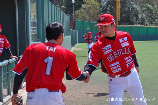 試合前には村上監督が全選手と握手で気持ちを確認。