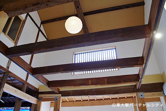 こだわりの格子窓と和紙で出来た照明が、味のある張と一緒に雰囲気を出しています。