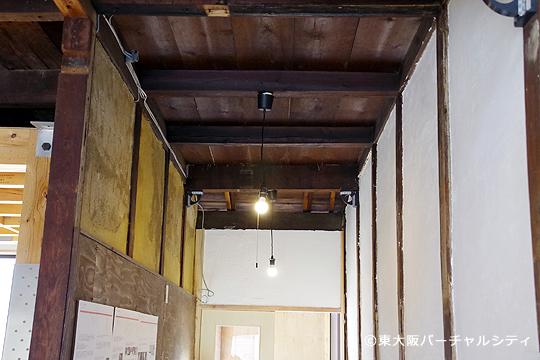 もともとの土壁や天井を最大限に活かした作りに。 裸電球がこだわりの1つだと浅井さん。