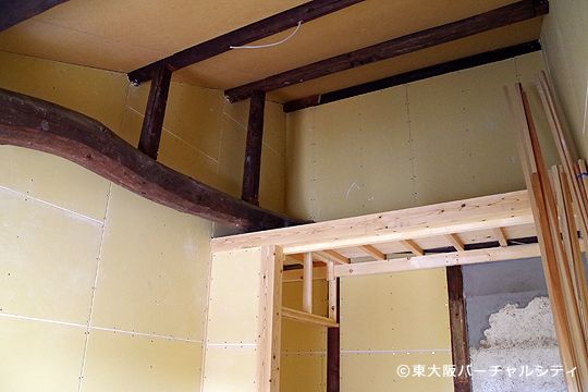 シェアハウスの部屋によっては古い張が残っていたり、ロフトのある部屋なども