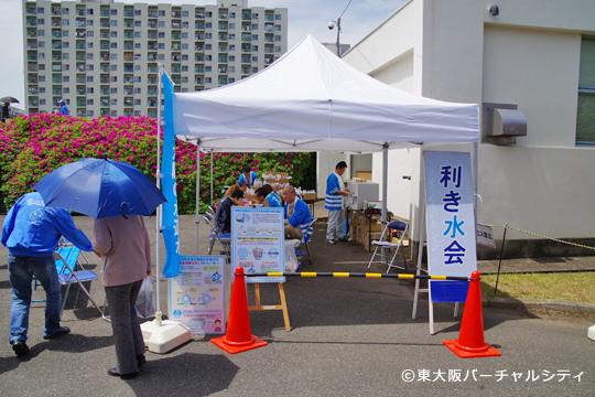 受付近くでは水道水と市販のミネラルウォーターの利き水会が開催