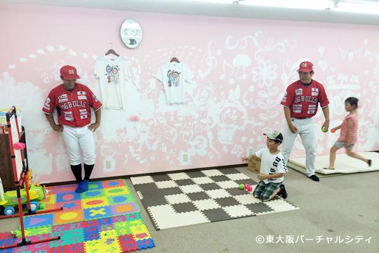 小阪ママ・ラボで06BULLSが子供とふれあい