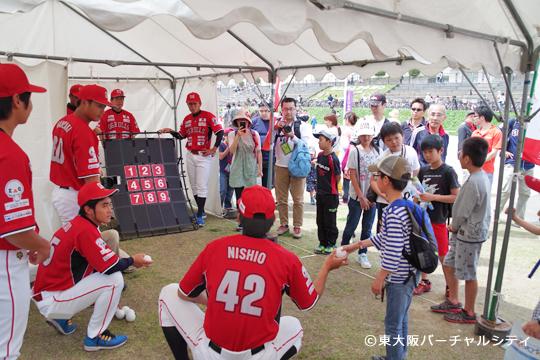 多くのお子さんたちが選手達の応援を受けて楽しみました。当たった数に応じてざっくうグッズをプレゼント