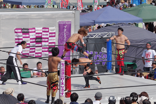 プロレスリング紫焔がリングを構えて試合を展開