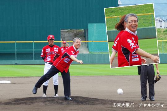 始球式は、東大阪副市長の立花氏。 笑顔一杯の素敵な始球式でした