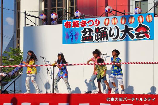 盆踊り大会前には櫓の上でキッズダンスコンテストが開催されていました。