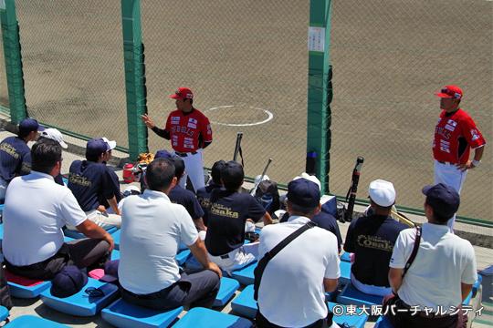 試合後に中学生との対話を行う村上監督と石毛コーチ