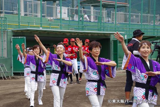 夏の布施商店街盆踊り大会で 06BULLS賞に輝いた長堂おどらん会の皆さんが盆踊りを披露