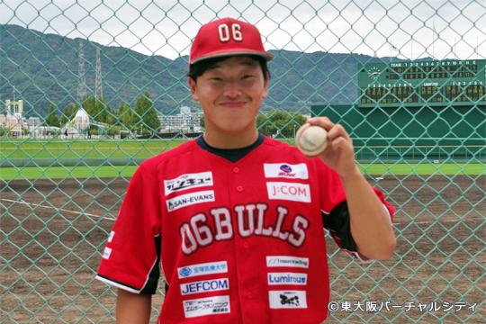 初先発で勝利したユン投手にウイニングボールと一緒にインタビュー