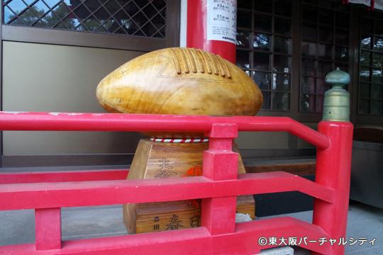 殿には大きな木製のラグビーボールとラグビーボール型の絵馬が並び神社のシンボルとなっています。