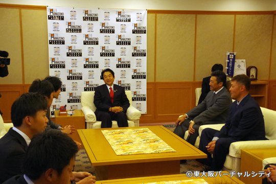 野田市長と村上監督が和やかに談笑