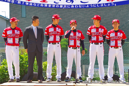 開会セレモニーの最後には村上監督の挨拶。 そのまま元阪神の坂選手、東大阪出身の西尾投手、松尾選手、永山選手、瓢箪山出身の上村選手がご挨拶。