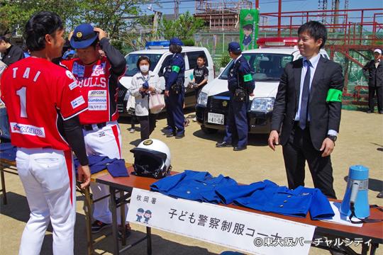 警察制服試着コーナー。神崎選手の被っているのは。。。婦警さんの帽子???
