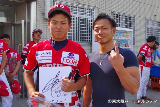 吉野選手の大ファンの七野選手がサインと記念写真をGET!