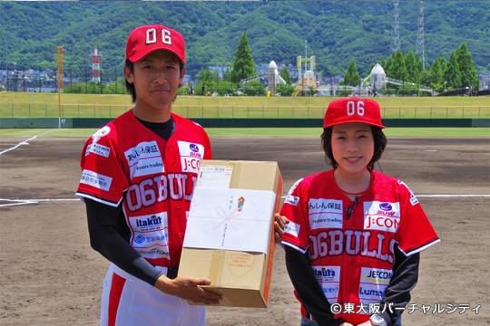 東大阪バーチャルシティ会員の渡邉司法書士事務所さんからは上村選手へお米10㎏