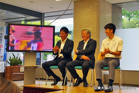 同席された竹原監督、林コーチと一緒に銅メダルを取った世界陸上のレースを観る多田選手