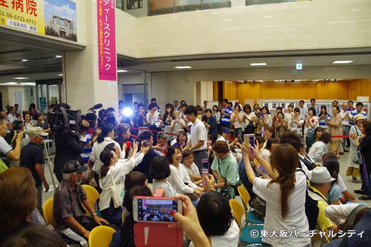 退席するときには東大阪のおばちゃんからの握手と黄色い歓声に包まれた多田選手