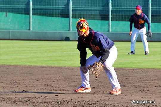 野球の試合ではなかなか見れないマスクマンのプレー。怪我で長期間欠場されていた問題龍選手がプレ復帰の場として花園を選んでくれました