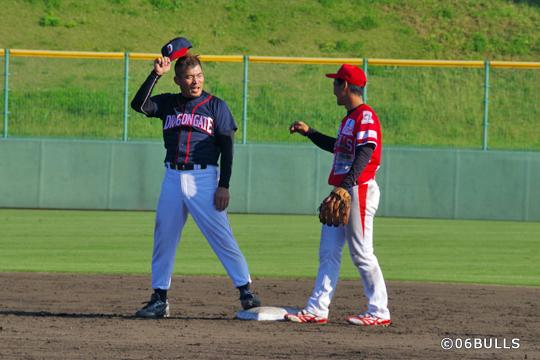 チャンピオンの望月選手は2塁ベースで野元選手と談笑