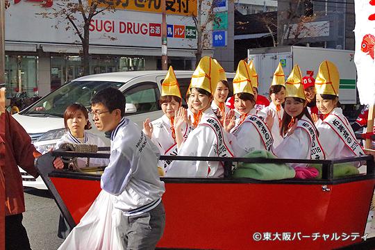 布施のまちを宝船に乗って9名の福娘さんたちがパレード