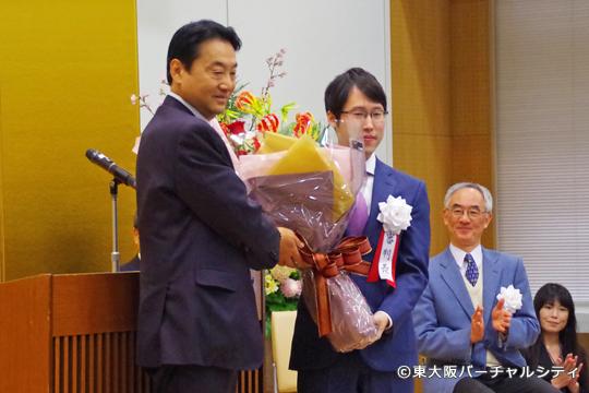 井山裕太さんへ野田市長から花束の贈呈