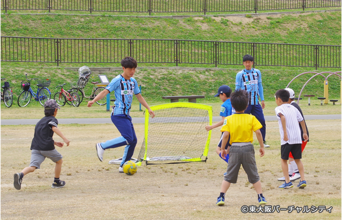FC大阪。子供たちだけでなく父兄の方も参加して3つのボールで試合をしていました
