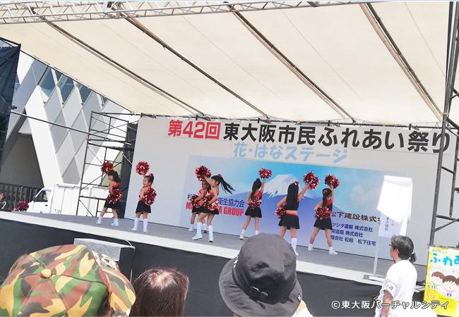 ラグビー場前のステージでもたくさんのダンサーが出演