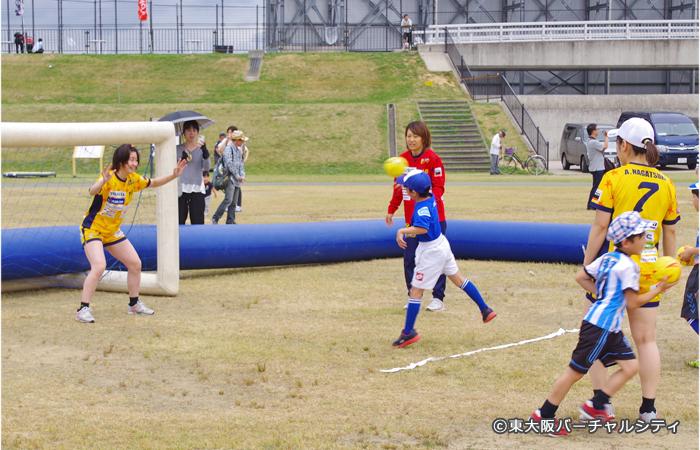 大阪ラヴィッツ。ハンドボールのシートを子供たちが楽しそうに打っていました