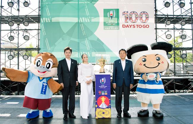 フォトセッションでは、大阪府のもずやんと東大阪市のトライくんも加わりました。