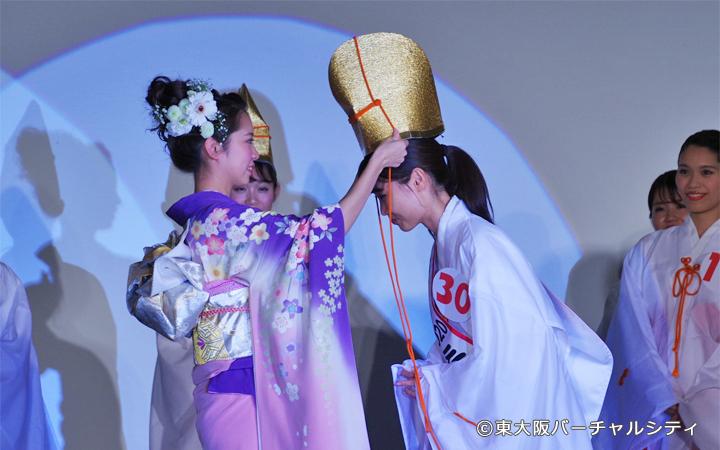 今年のミス福娘の山本妙子さんより烏帽子をかぶせてもらいます