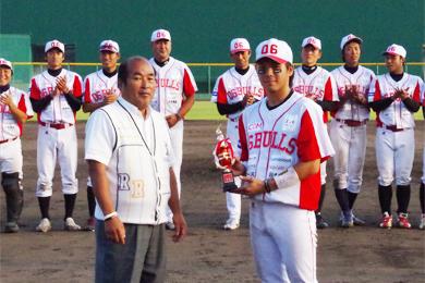 西川キャプテンに優勝トロフィーが贈呈